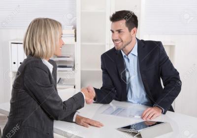 33194849-Incontro-d-affari-di-successo-con-stretta-di-mano-cliente-e-cliente-si-stringono-la-mano-in-ufficio--Archivio-Fotografico
